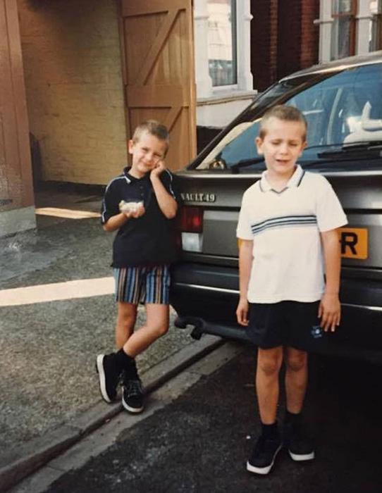 Харви (слева) и Люк в шестилетнем возрасте.