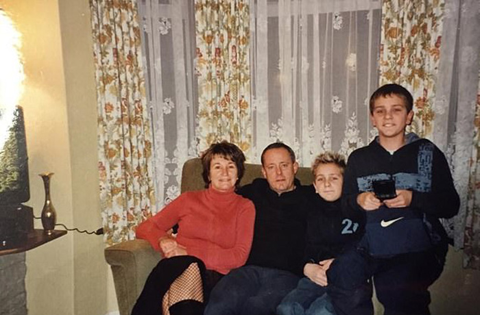 Братья в 11 лет. Люк сидит слева.