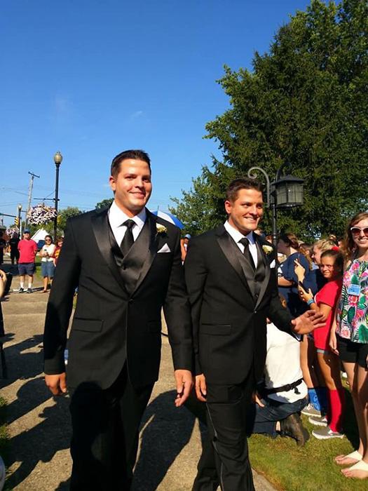 Женихи явились на церемонию в идентичных костюмах.