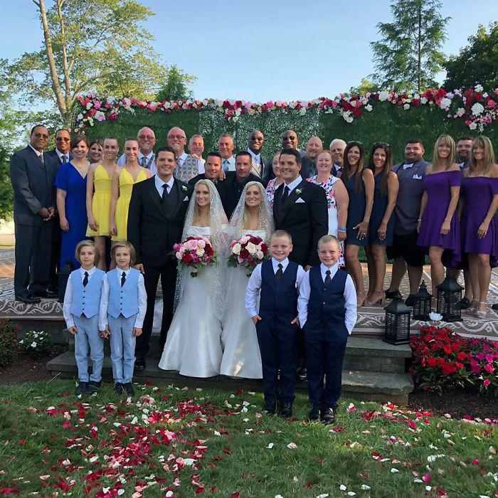 Свадебная фотография с гостями.