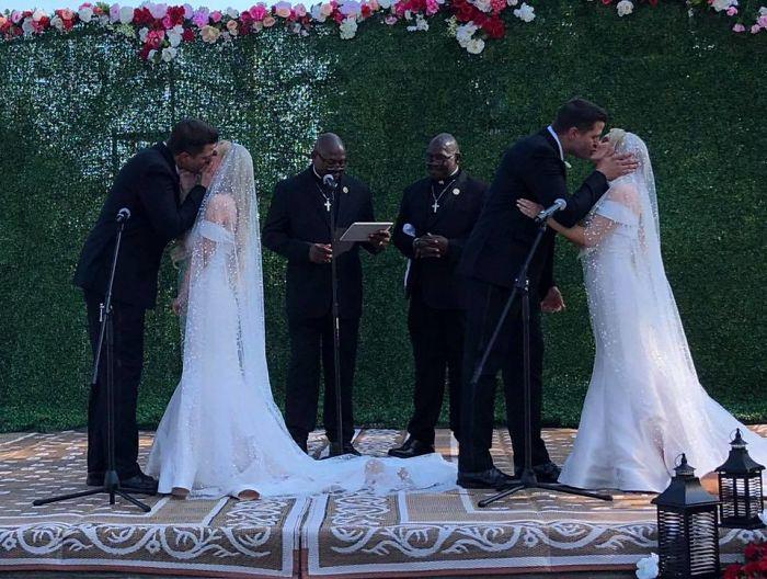 Свадьбу вели два священника, которые тоже были близнецами.
