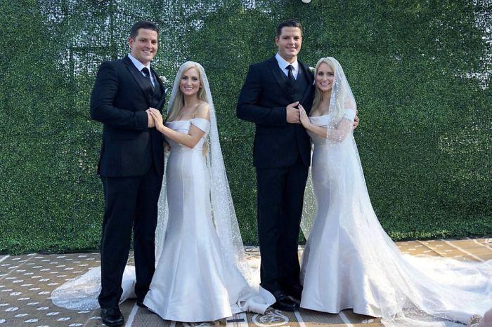 Невесты также на свадьбе были в одинаковых платьях.