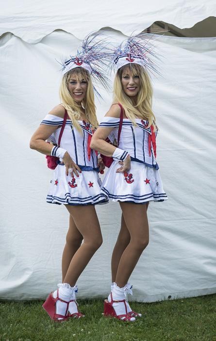 Линда и Лаура Меллор в красно-бело-голубых нарядах.