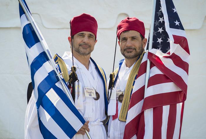 Тимоти и Ларри Леонакис гордятся своими греко-американскими корнями.