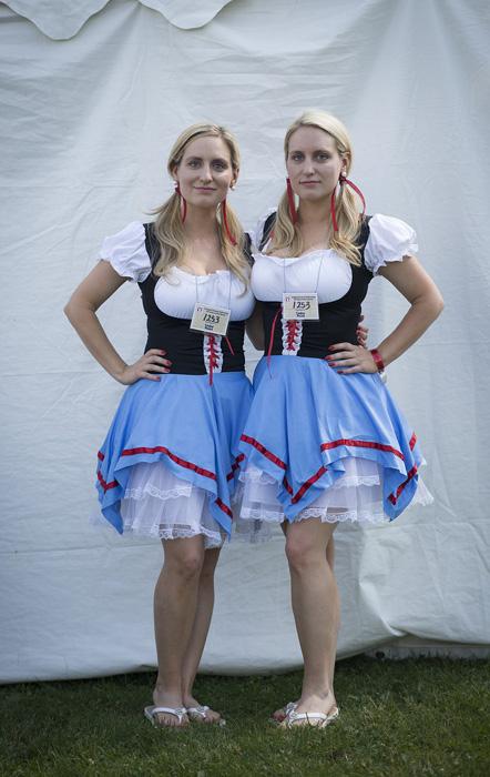 Бриана и Бриттани Дин оделись в стиле своих германо-швейцарских корней.