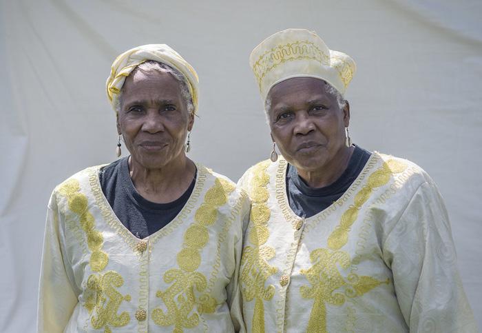 Арнет и Анет Авери отмечают в своих нарядах африканские, шотланско-ирландские и индейские корни.