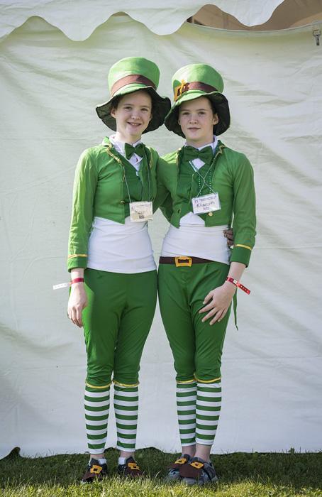 Мэри и Элизабет Гиллен намекают в своих костюмах на свои ирландские корни.