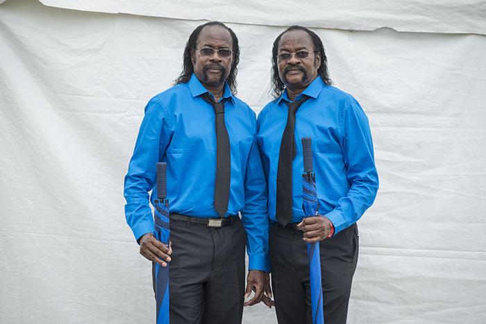 Нед и Фред Митчелл, 67 лет, всегда одеваются в яркие цвета на День Близнецов.
