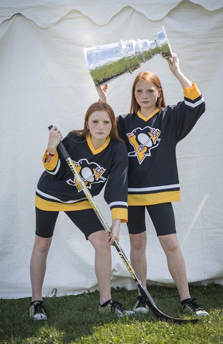 Кайли и Райли оделись в стиле Питтсбургских Пингвинов.