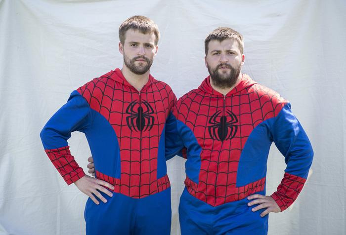 Коди и Чаз Страузер оделись в костюм Спайдермена.