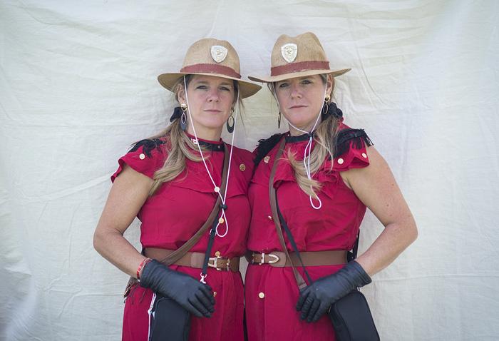 Марси и Тами Камбельман оделись в костюмы Королевской Канадской Горной полиции.