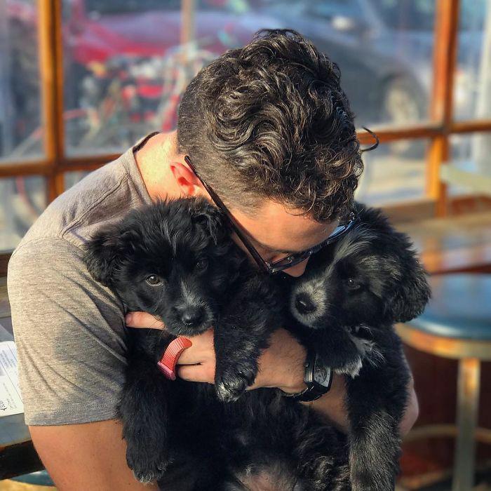 Джордан нашел щенков посреди пустыни. Instagram jordankahana.