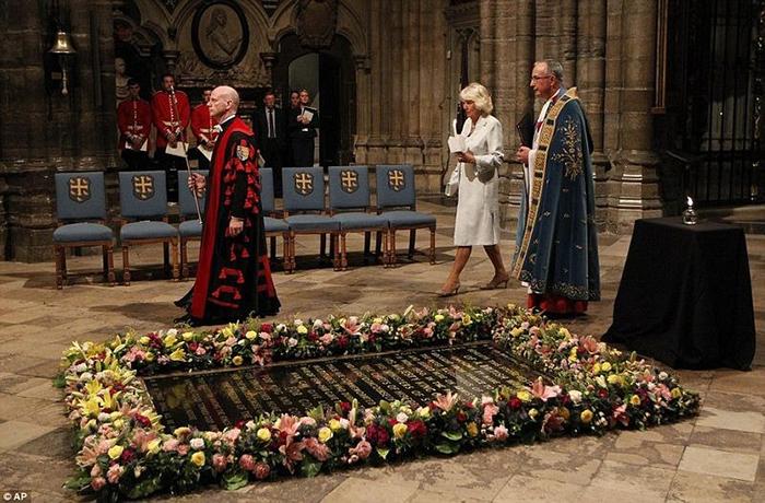 Герцогиня Корнуольская Камилла  идет мимо Могилы Неизвестного Солдата в Лондоне.