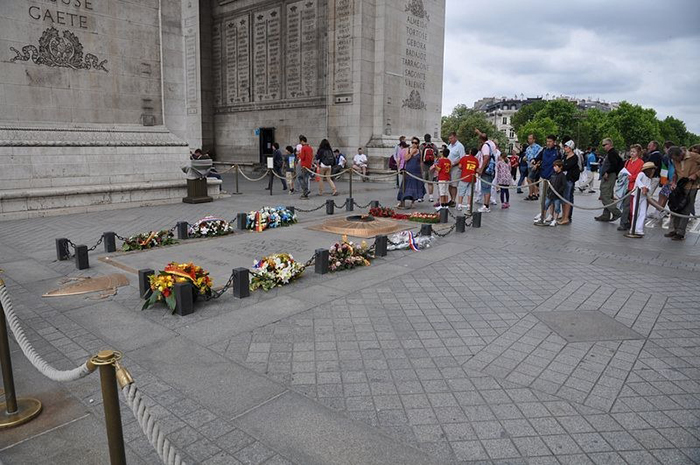 Могила Неизвестного Солдата у подножия Триумфальной Арки.