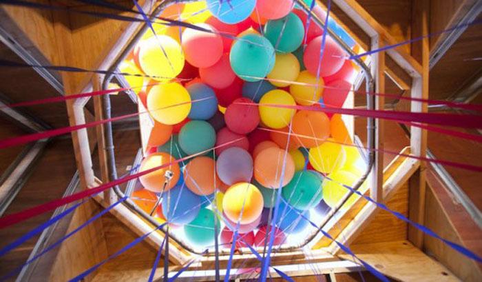 Вид на воздушные шары изнутри дома.