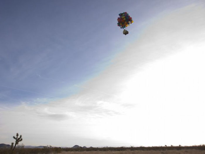 National Geographic удалось запустить в воздух дом с помощью воздушных шаров.