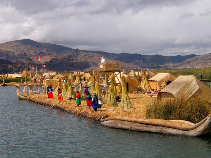 Плавающие острова на озере Титикака.