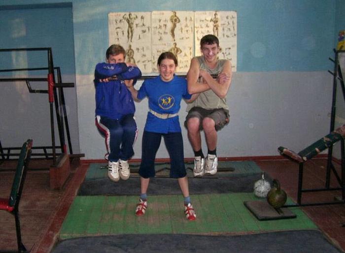 Девочка все детство регулярно занималась спортом.