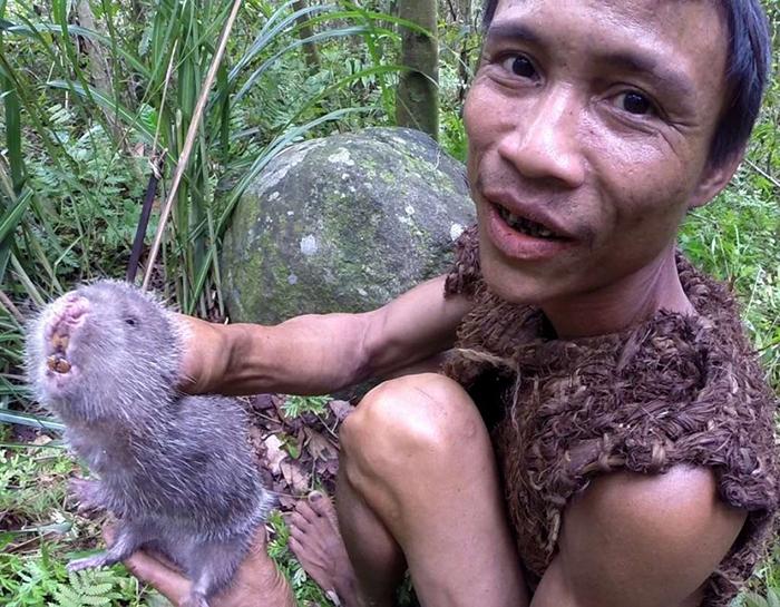 Ланг является отличным оÑотником и употребляет в мясо почти всю живность, которая живет в джунгляÑ.