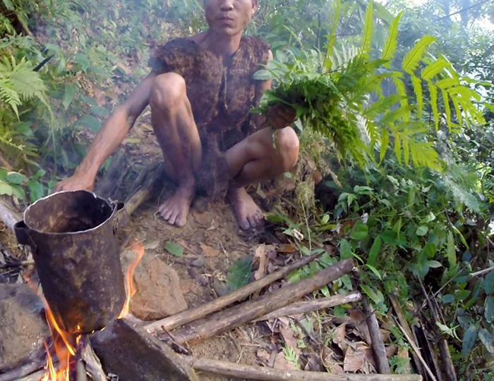 Ланг является специалистом по выживанию в дикой природе, но сейчас он работает со своим братом в поле.