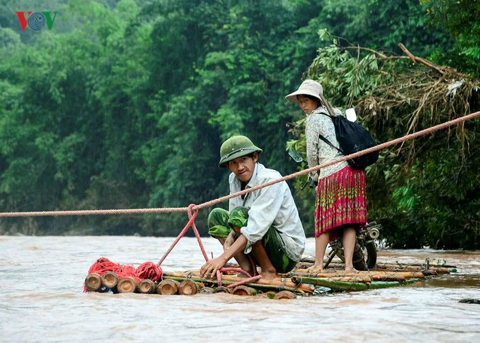 Переправа школьников через реку.