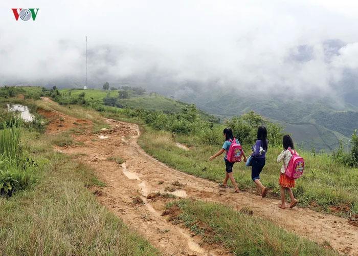 Дорога в школу занимает 15 километров по горам.