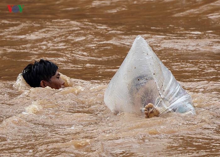 Вовремя сезона дождей река становится очень глубокой.