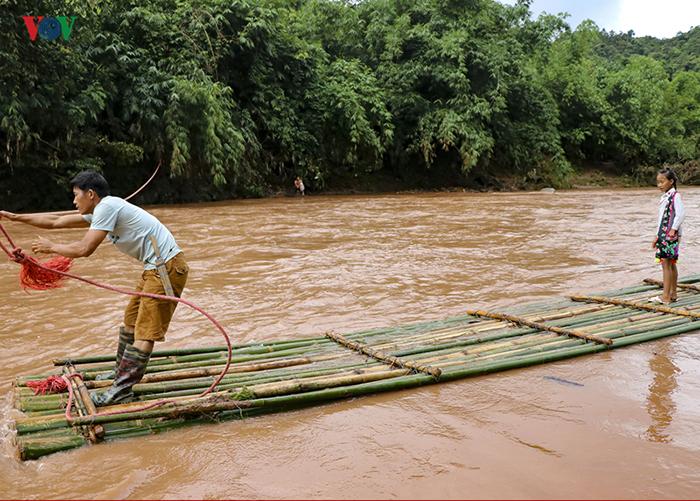 Бамбуковый плот не очень устойчивый, но на нем можно осторожно перевезти детей по 1-2 человека.