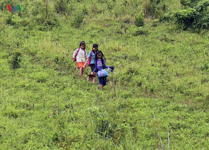 Дорога в школу лежит через тропинки по горам.
