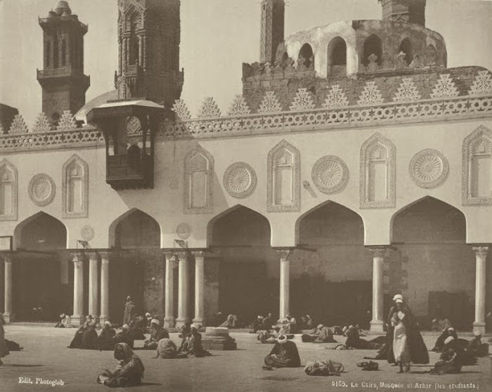 Студенты у мечети Аль-Ажар.