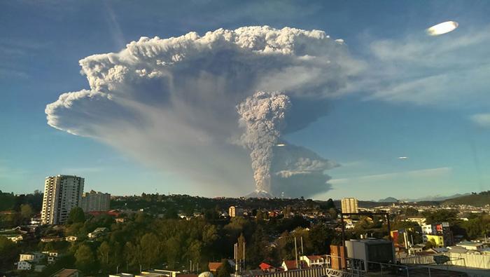 Масштабный выброс пепла из жерла вулкана.