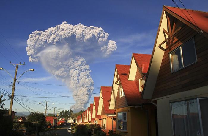 Облако пепла, поднимающееся вверх.