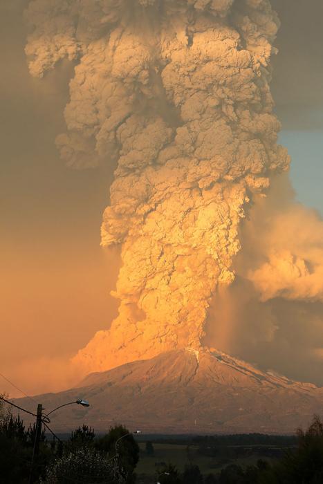 Извержение вулкана на закате дня.