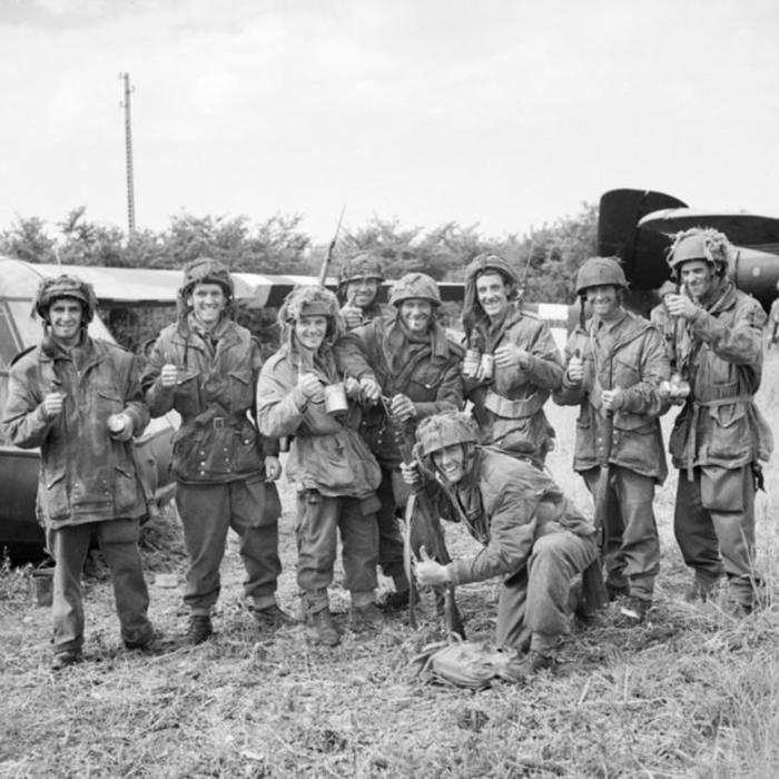 Члены трех батальонов наслаждаются чаем после трех дней на линии фронта. 10 июня 1944г.