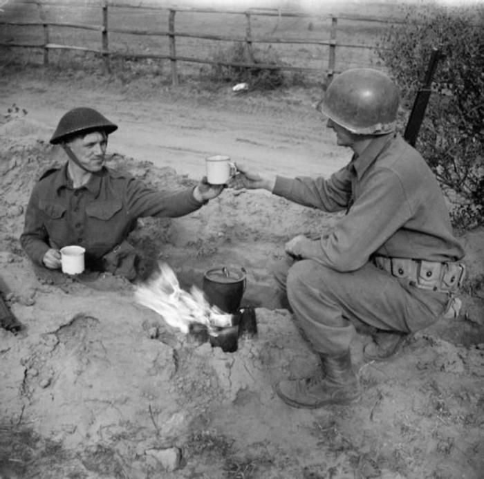 Британский солдат делится чаем с американским пехотинцем. 10 февраля 1944 г.