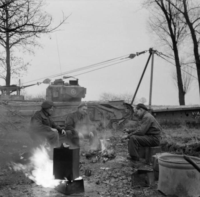 Британские военные заваривают чай, находясь на территории Нидерландов. 30 ноября 1944 г.