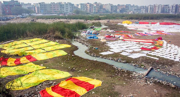 Расстеленные на берегах Ямуны ткани.
