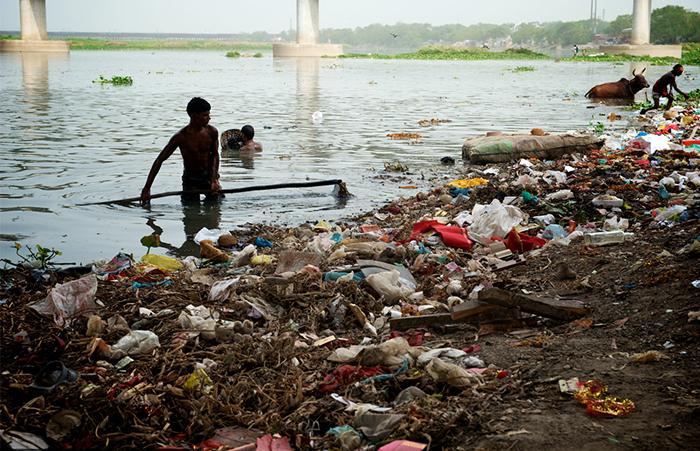 Местные жители прекрасно знают, что вода в реке грязная, но считают, что это не страшно.