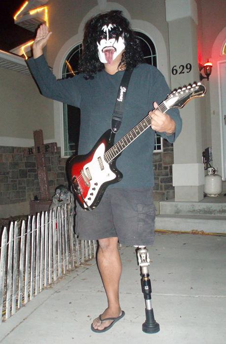 Дейл в образе музыканта Kiss.