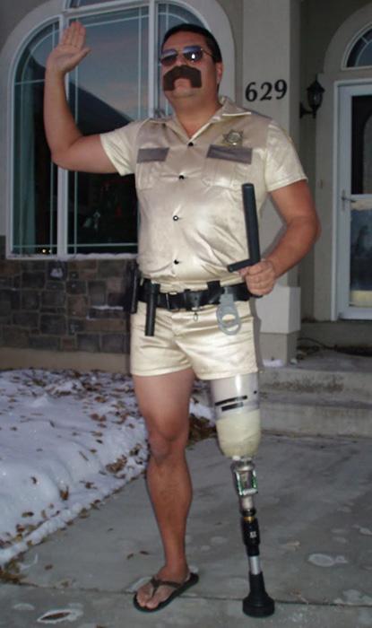 Суровый американский полицейский.
