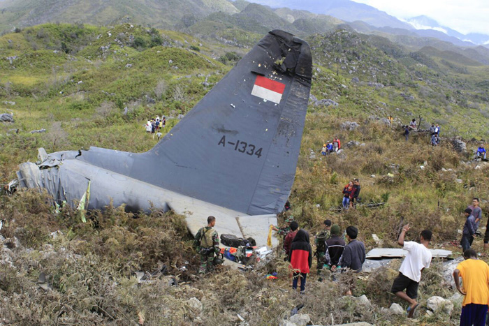 Спасатели собирают вещи жертв крушения самолета Индонезийских авиалиний. 18 декабря 2016. Фото: Gerry Kossay.