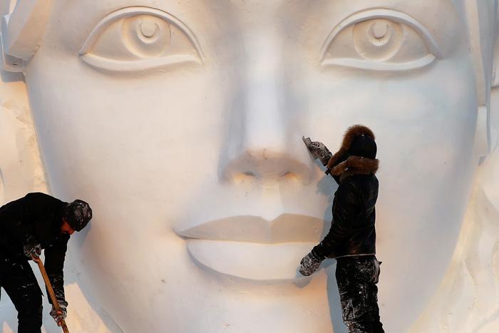 Художники подготавливают снежную скульптуру в предстоящему фестивалю скульптур из снега и льда в Китае. 17 декабря 2016. Фото: Aly Song.