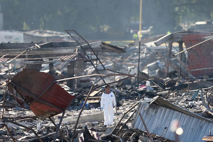 Мужчина обследует обломки домов, разрушенных взрывом фейерверков в Мексике. 21 декабря 2016. Фото: Edgard Garrido.