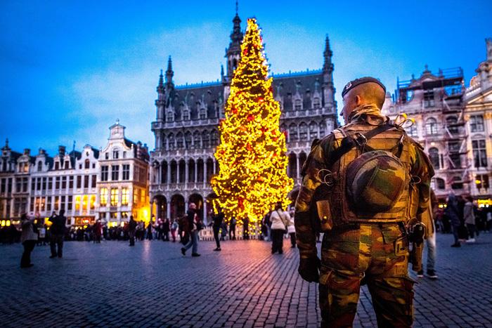 Военный патрулирует главную площадь Брюсселя. 20 декабря 2016. Фото: Hatim Kaghat.
