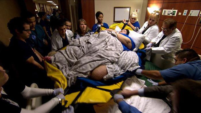 Чтобы перенести Майру в больницу, понадобилась целая команда людей.