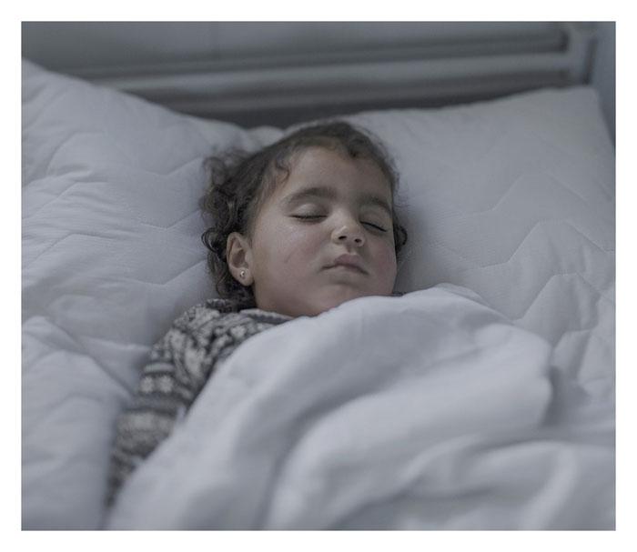 Иман, 2 года. Спит в кроватке в госпитале города Азрак, Иордания.
