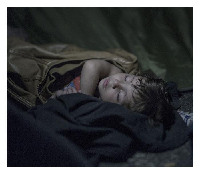 Махди, 1 год. Спит на земле в Хоргос, Сербия.