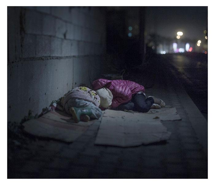 Ралия, 7 лет, и Рафар, 13 лет. Спят на улице в Бейруте, Ливан.
