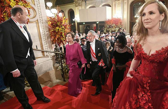 Директор венской оперы Доминик Майе, Дорис Шмидауэр, Прездиент Австрии Александр Ван Дер Беллен, Аума Обама  и директор венского бала в опере - Мария Гроссбауэр.