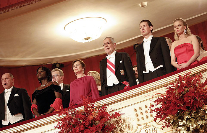 Вольфганд Сободка, Аума Обама, Дорис Шмидауэр, Александр Ван Дер Беллен и австрийский консул Себастьян Курц со своей девушкой Сюзанной Тиер.